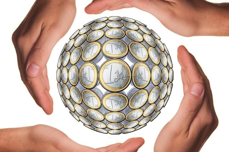 4 handen rond bol met euro's