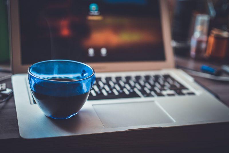 laptop met blauw glas