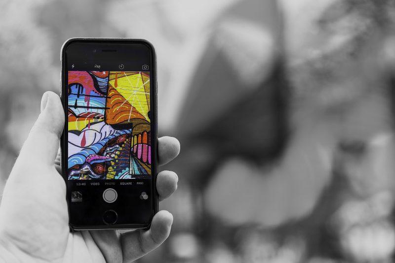 foto smartphone met kunst